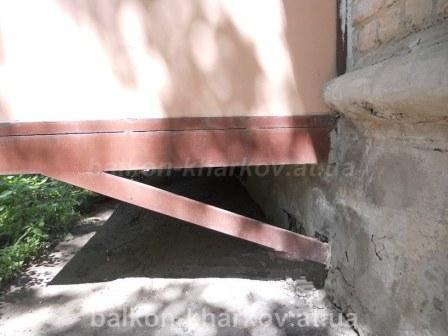 Пристройка балкона на косых опорах