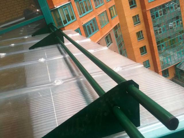 Крыша из поликарбоната с снего-держателем